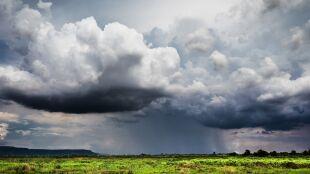 Chmury, również burzowe, i kolejny atak deszczu. Prognoza pogody na pięć dni