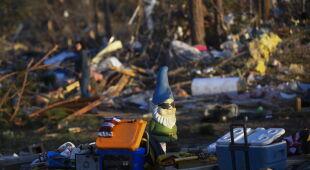 Ogromne zniszczenia po przejściu tornada (PAP/EPA/JOHN AMIS)