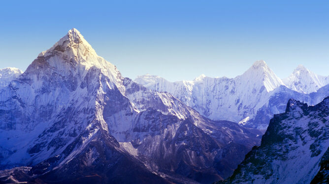 Topnieją lodowce najwyższych gór. W Himalajach i Alpach z lodu powstają jeziora